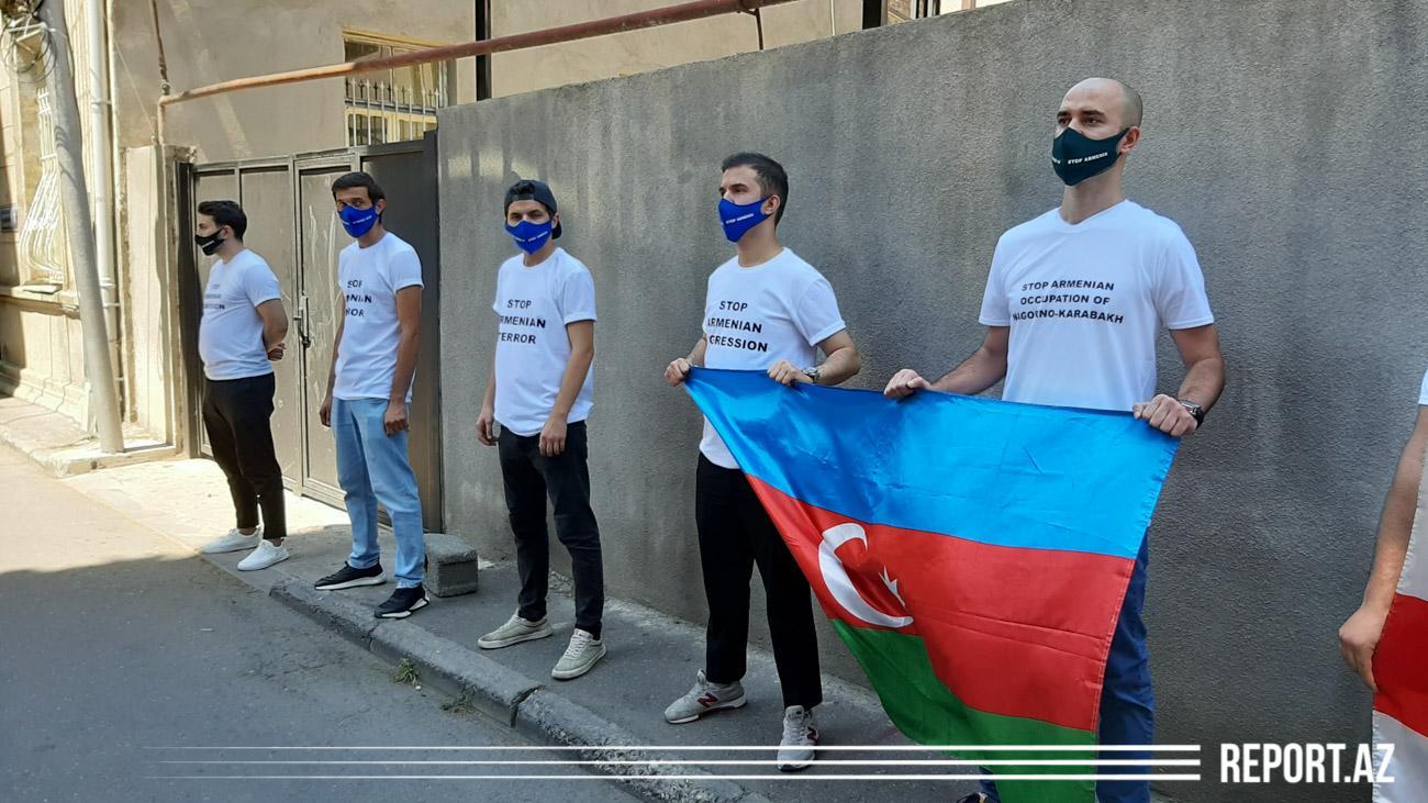 Slider-Ermənistanın Gürcüstandakı səfirliyi qarşısında etiraz aksiyası keçirilir - VİDEO