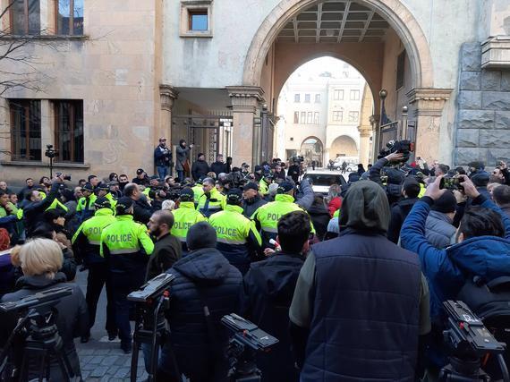 Slider-Gürcüstan parlamenti ətrafında qarşıdurma başladı